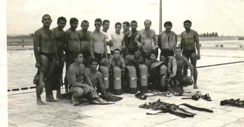 Policiais do antigo Nucoe (Núcleo de Companhia de Operações Especiais), que posteriormente viria a ser o Bope, participam de curso de introdução de mergulho no CFAP (Centro de Formação de Praças), em Sulacap, na zona norte do Rio.