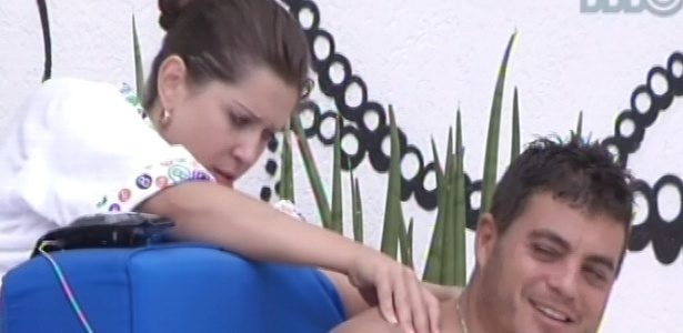 Andressa faz massagem em Dhomini enquanto os dois conversam sobre o jogo