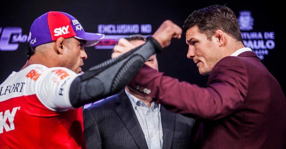 17.jan.2013 - Belfort e Bisping trocam empurrão na coletiva do UFC SP