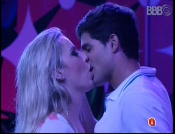 17.jan.2013 - O clima de romance entre André e Fernanda, o casal oficial do