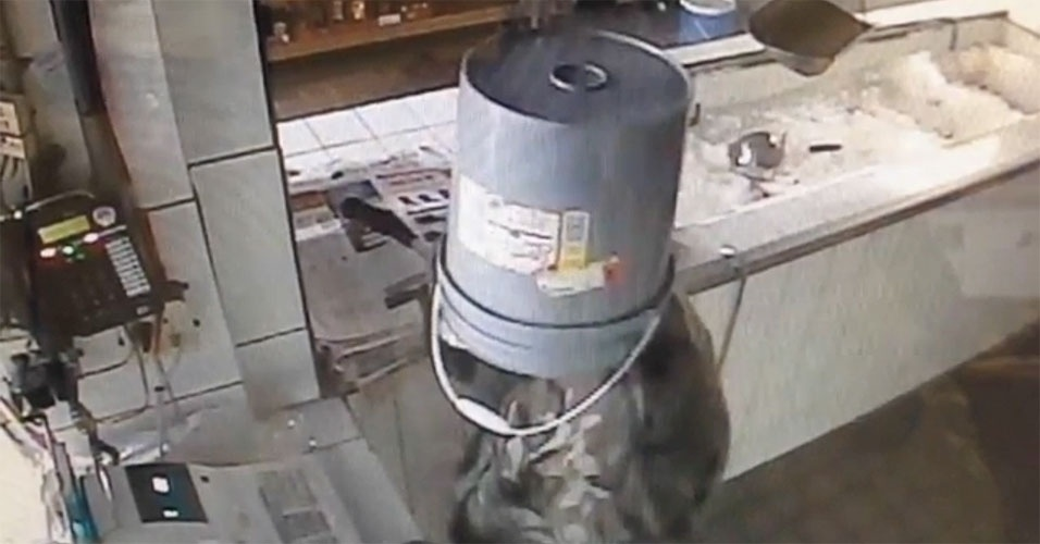 Ladrão esquece máscara e usa balde para esconder rosto durante assalto