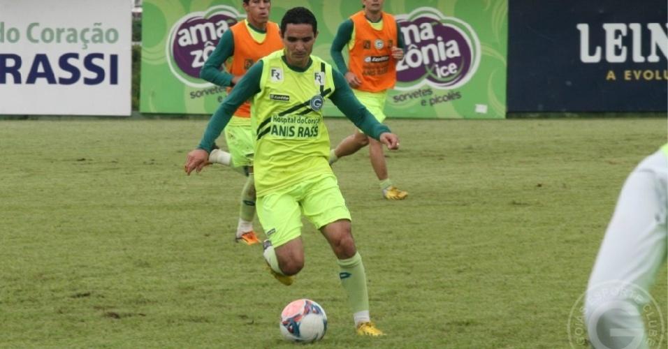 O meia Caio carrega a bola durante um treino do Goiás