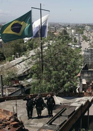 Policiais do Bope diante das bandeiras do Brasil e do Estado do Rio, no alto da favela do Jacarezinho