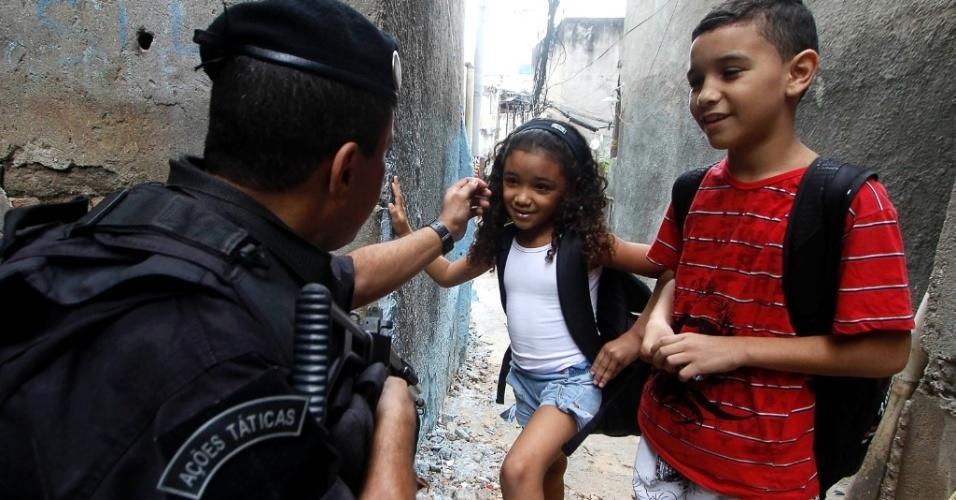 Policiais do Bope realizam patrulha na comunidade do Jacarezinho, na zona norte do Rio de Janeiro