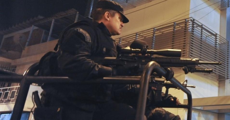 Policiais do Bope reforçam a segurança do Complexo do Alemão após uma policial militar ser morta em troca de tiros com traficantes, nesta segunda-feira (23)