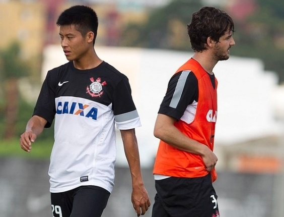 17.01.2013 - Zizao, atacante do Corinthians, durante o treinamento do clube na pré-temporada, ao lado de Alexandre Pato