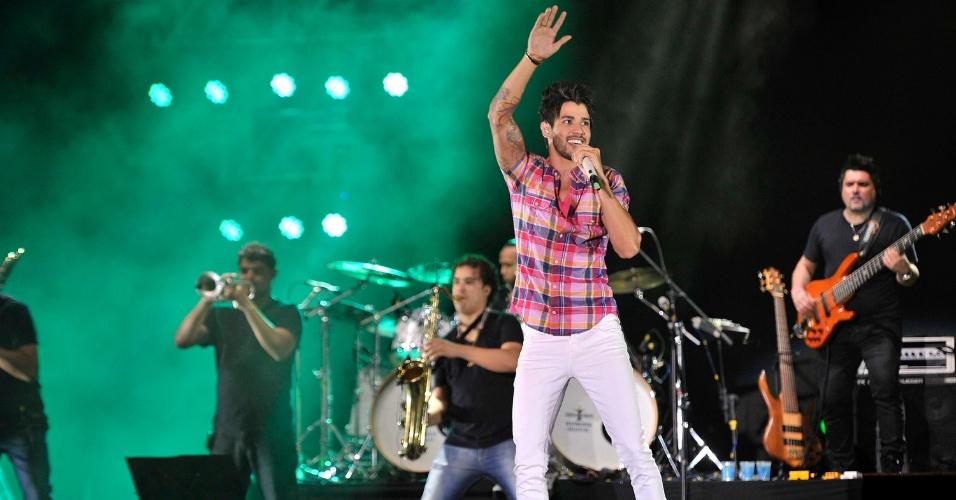 """17.jan.2013 - Gusttavo Lima faz show no segundo dia do Festival de Verão 2013, em Salvador, cantando sucessos como """"Balada"""". O festival, em sua 15ª edição, acontece até o dia 19 de janeiro no Parque de Exposições"""