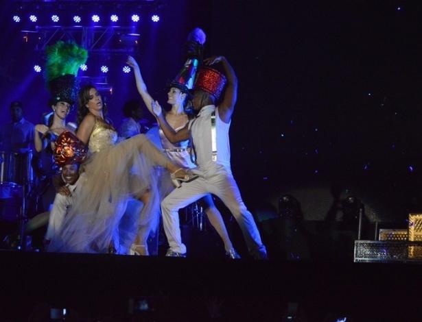 17.jan.2013 - Ivete Sangalo se apresenta no segundo dia do Festival de Verão 2013, em Salvador. A cantora baiana subiu ao palco acompanhada de famosos e com um vestido de debutante, em referência à sua 15ª apresentação no festival que acontece até o dia 19 de janeiro no Parque de Exposições