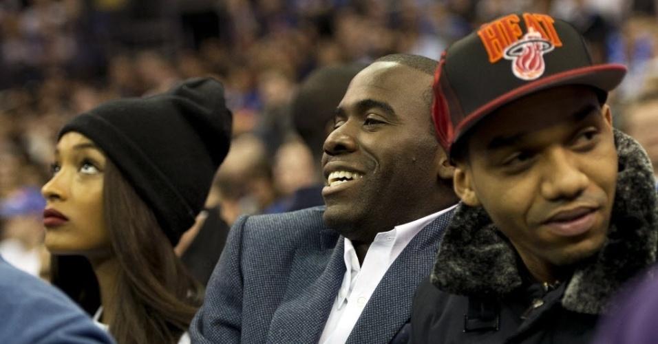 17.jan.2013 - O ex-jogador Fabrice Muamba, que se aposentou por problema no coração, acompanha a partida entre Knicks e Pistons em Londres