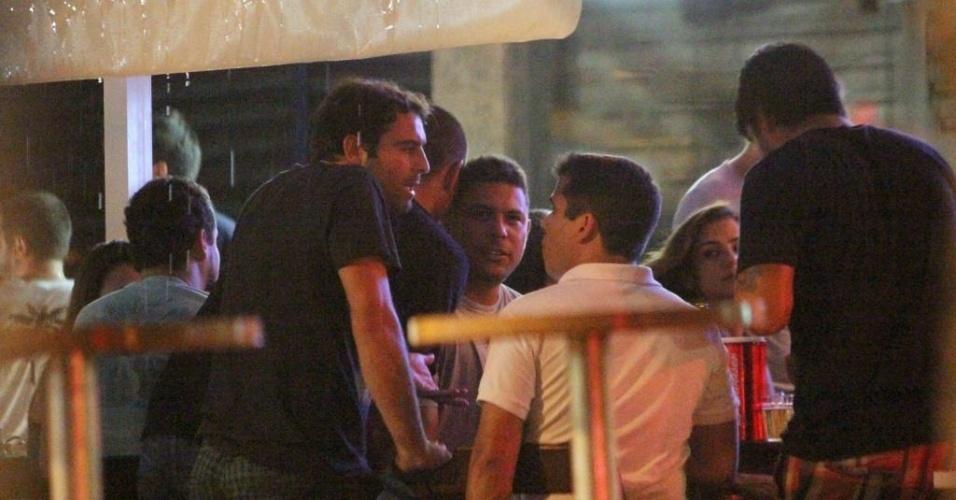 17.jan.2013 - Ronaldo Fenômeno troca carícias com a DJ Paula Morais em bar da Barra da Tijuca, Rio de Janeiro. O jogador anunciou sua separação de Bia Antony no final de dezembro do ano passado. Em entrevista ao jornal
