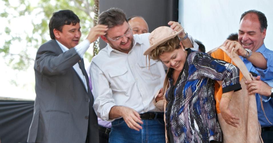18.jan.2013 - A presidente Dilma Rousseff  se veste de vaqueira durante sua visita à adutora de Piaus, no município de São Julião (PI)