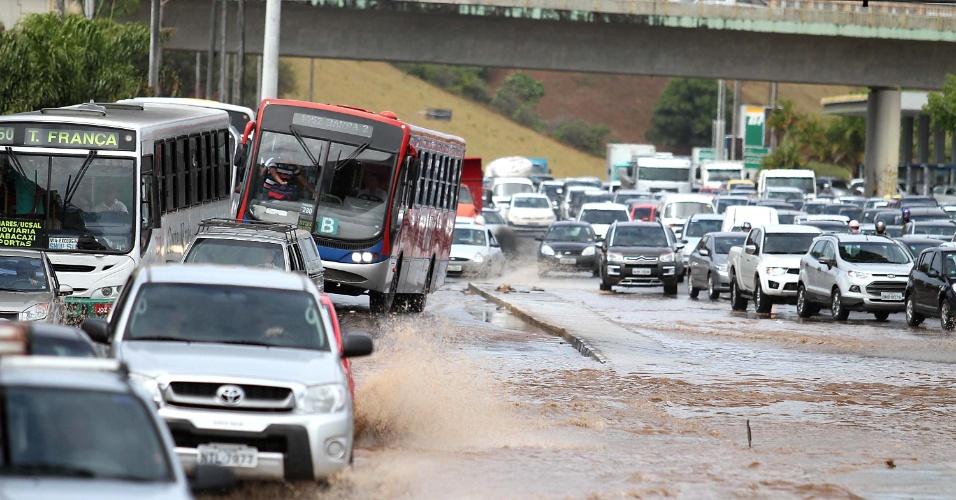 18.jan.2013 - Alagamento na avenida Paralela, próximo ao estádio de Pituaçu, em Salvador (BA), nesta sexta-feira (18). A rápida chuva que caiu na capital baiana foi suficiente para deixar o trânsito engarrafado e vários pontos da cidade alagados