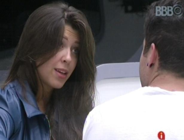 18.jan.2013 - Andressa e Nasser conversam nesta manhã. Ele afirma que ela estava muito
