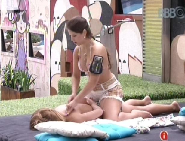 18.jan.2013 - Andressa, que é esteticista, faz massagem em Natália. A miss afirma que Nati está muito tensa