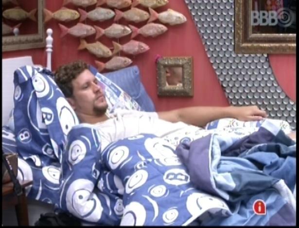 18.jan.2013 - Aslan convesa com Natália antes de dormir no quarto brechó
