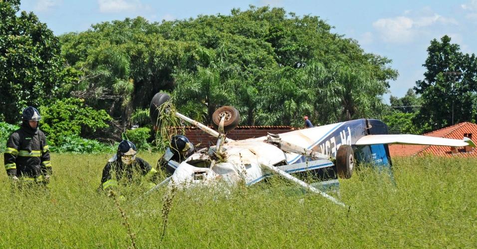 18.jan.2013 - Avião monomotor de pequeno porte cai em um terreno baldio na estrada de Servidão, em Piracicaba (SP), na tarde desta sexta-feira (18). Segundo informações do Corpo de Bombeiros de Piracicaba, duas pessoas estavam a bordo, mas ainda não há informações sobre o estado de saúde delas