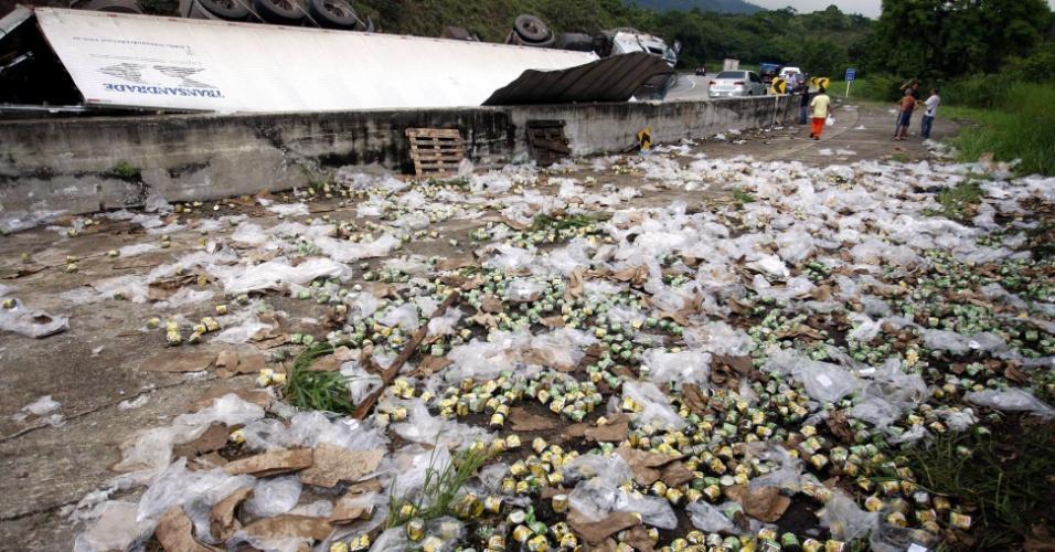 18.jan.2013 - Caminhão que transportava latas de milho e ervilha tombou na madrugada desta sexta-feira (18), na descida da rodovia  Rio-Petrópolis -- altura do km 94--,  sentido Rio. O motorista saiu ileso do acidente. Alguns moradores saquearam a carga