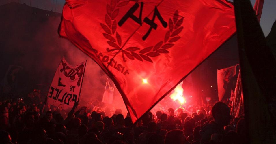18.jan.2013 - Centenas de torcedores se reuniram, nesta sexta-feira (18), no Cairo, Egito, em um protesto para exigir justiça para 74 pessoas mortas em um tumulto no estádio Port Said no ano passado. A justiça egípcia irá emitir o veredito sobre o caso. A hostilidade entre a polícia egípcia e os torcedores de futebol piorou após o desastre ocorrido em fevereiro de 2012