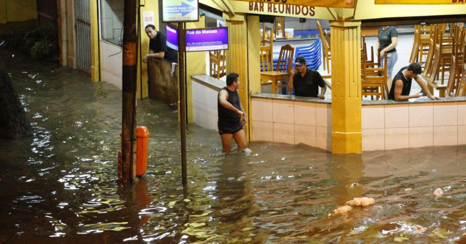18.jan.2013 - Chuva forte atingiu o Rio de Janeiro, na noite de quinta-feira (17).  O bairro Praça da Bandeira, na região central da cidade, ficou completamente inundado