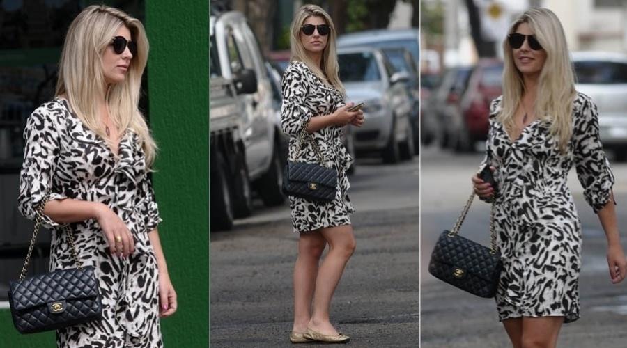 18.jan.2013 - Com vestido preto e branco, Iris Stefanelli passeia pela zona sul de São Paulo. A ex-BBB é repórter do