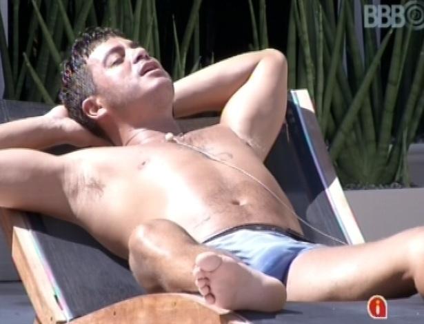 18.jan.2013 - Dhomini toma sol na beira da piscina e canta a música
