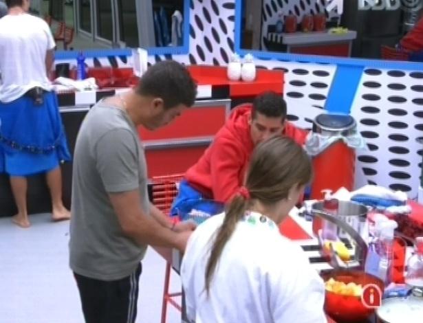 18.jan.2013 - Dhomini, Yuri e André ajudam Natália a cozinhar o almoço. Dhomini admite na conversa que arrancou os dentes de um cachorro com um machado