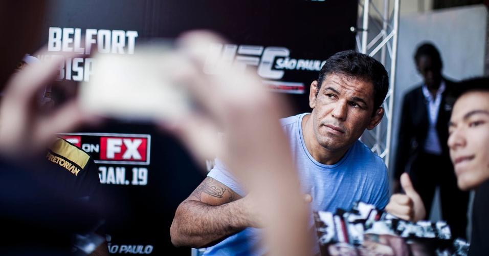 18.jan.2013 - Fãs se aproximam de Rodrigo Minotauro em entrevista coletiva antes da pesagem do UFC SP, que acontecerá no sábado, no Ginásio do Ibirapuera