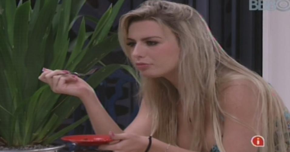 18.jan.2013 - Fernanda come prato de camarão preparado por Anamara