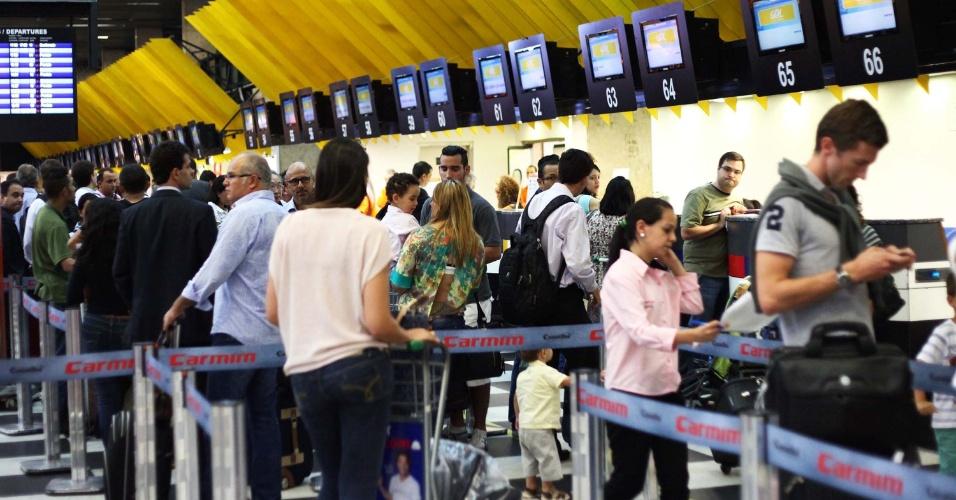 18.jan.2013 - Fila nos check-ins do Aeroporto de Congonhas, zona sul de São Paulo (SP), na tarde desta sexta-feira (18). Segundo funcionários, o aeroporto foi fechado devido ao temporal que cai na região