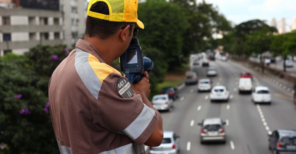 18.jan.2013 - Fiscal da Companhia de Engenharia de Tráfego (CET) opera radar móvel para flagrar e multar os condutores que excederem a velocidade, na avenida Washington Luis, próximo ao Aeroporto de Congonhas, zona sul de São Paulo (SP), nesta sexta-feira (18)