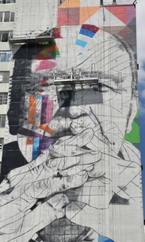 18.jan.2013 - Grafiteiros trabalham no desenho do rosto do arquiteto Oscar Niemeyer e as curvas arquitetônicas de suas obras em edifício na praça Oswaldo Cruz, início da avenida Paulista, no bairro Paraíso, em São Paulo (SP), nesta sexta-feira (18)