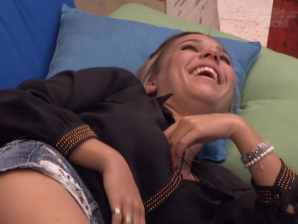 18.jan.2013 - Marien ri quando Dhomini fala que a tatugaem da perna dela, um dragão, parece ter sido feita