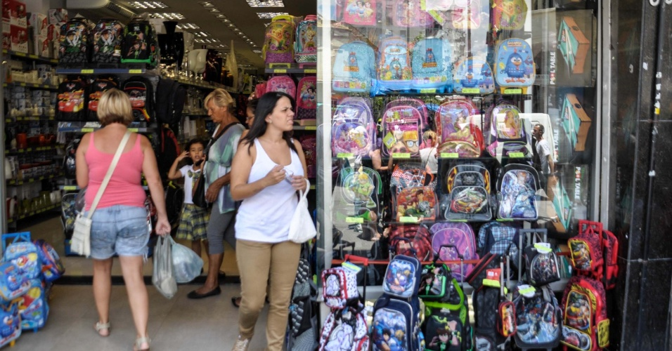 18.jan.2013 - Movimento na rua 25 de março, no centro de São Paulo, começa a se intensificar nesta sexta-feira (18), pela busca por materiais escolares
