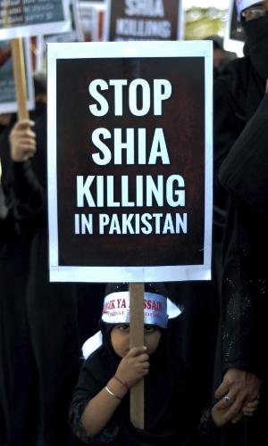 18.jan.2013 - Na Índia, muçulmanos erguem cartazes durante um protesto para condenar o assassinato de muçulmanos xiitas no Paquistão e a mutilação de soldados indianos na fronteira entre os dois países. Nos conflitos, 84 pessoas foram mortas e 150, feridas