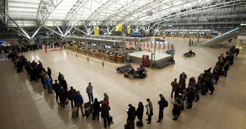 18.jan.2013 - Multidão espera para poder passar pela área de controle antes de embarcar no aeroporto de Hamburgo (Alemanha). As longas filas se formam no dia em que uma greve foi decretada pelos seguranças do aeroporto