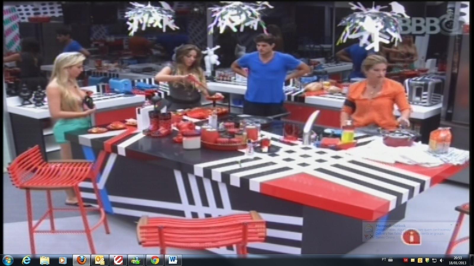 18.jan.2013 - Na companhia de Fernanda, André e Fani, Anamara prepara camarão para o jantar dos brothers