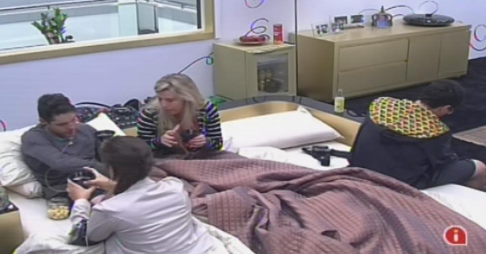 18.jan.2013 - Nasser, Fernanda e Andressa conversam no quarto do líder Ivan. A miss disse que imunizaria a advogada caso ganhasse o anjo