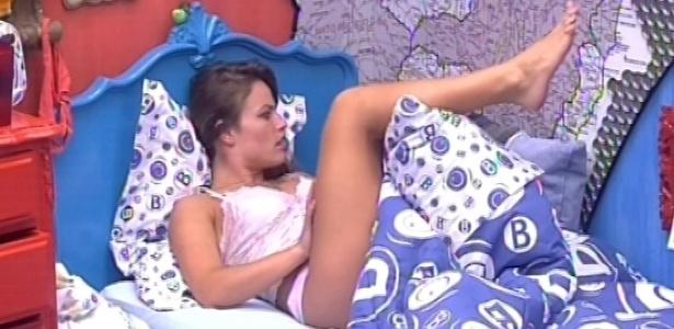 18.jan.2013 - Natália observa o quarto brechó antes de dormir