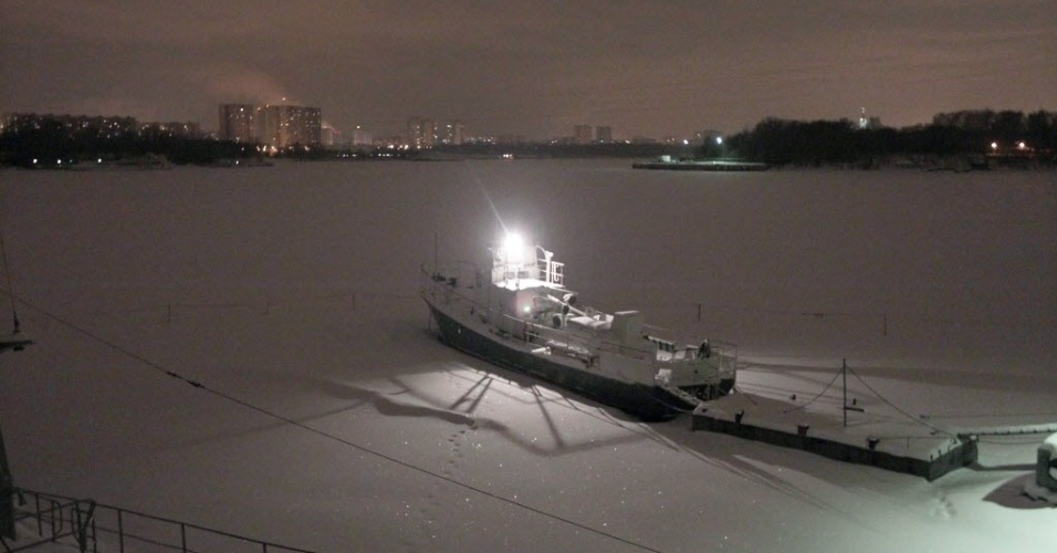 18.jan.2013 - Navio percorre o rio Moscou, na Rússia