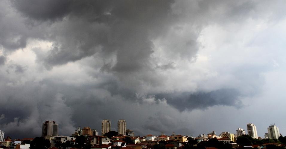 18.jan.2013 - Nuvens carregadas se concentram no céu da zona norte de São Paulo, na tarde desta sexta-feira (18)