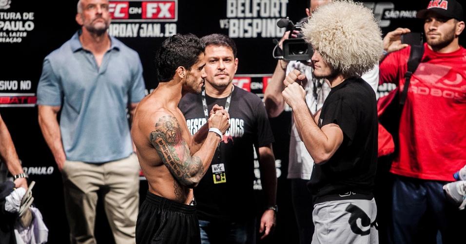 18.jan.2013 - Pelo peso leve, o brasileiro Thiago Tavares (esq.) encara o russo Khabib Nurmagomedov durante pesagem do UFC SP