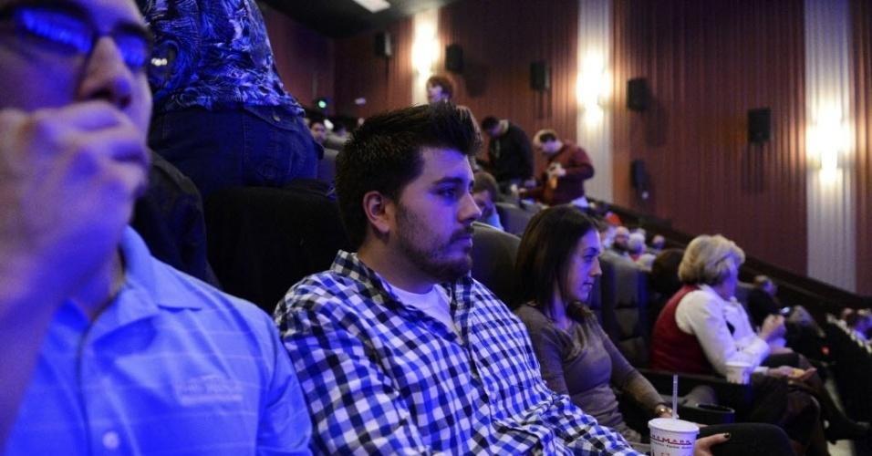 18.jan.2013 - Pierce O'Farrill (camisa xadrez) e outros convidados participaram nesta quinta-feira (17) da reabertura do cinema, em Aurora, Colorado (EUA), onde 12 pessoas morreram durante tiroteio em julho do ano passado. Ele é um dos 70 que foram feridos pelo atirador James Holmes