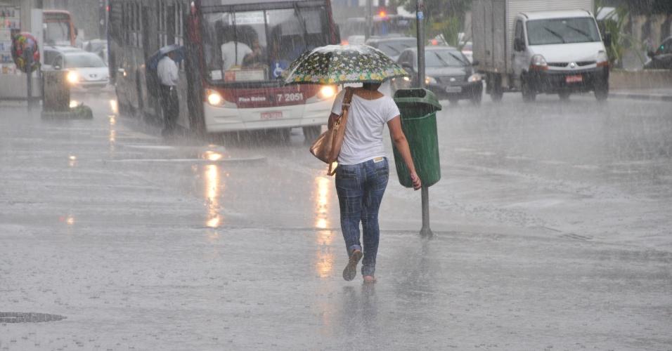18.jan.2013 - População enfrenta  chuva forte na região da avenida Paulista, em São Paulo