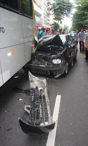 18.jan.2013 - Um acidente envolvendo um ônibus da linha 435 (Grajaú-Leblon) e um veículo particular causou transtorno na rua Figueiredo de Magalhães, em Copacabana, no Rio de Janeiro. O motorista do veículo sofreu ferimentos leves e foi atendido por uma ambulância do Corpo de Bombeiros