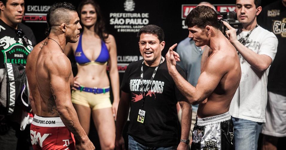 18.jan.2013 - Vitor Belfort (esq.) e Michael Bisping trocaram provocações durante a pesagem do UFC SP, que acontecerá no sábado, no ginásio do Ibirapuera