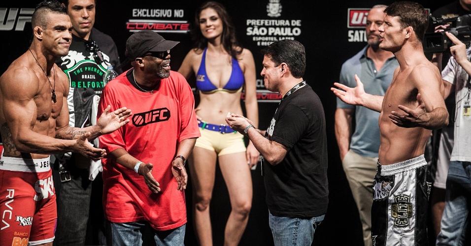 18.jan.2013 - Vitor Belfort (esq.) trocou provocações com o seu rival inglês Michael Bisping durante pesagem para o UFC SP, no Ginásio do Ibirapuera