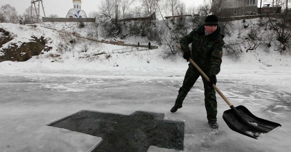 18.jan.2013- Homem desenha uma cruz em um lago congelado em Krasnoyarsk, na Sibéria, para celebrar o dia da Epifania do Senhor, data comemorada pelos cristãos ortodoxos russos à meia-noite do dia 19 de janeiro. A data é celebrada com um mergulho no rio Mana