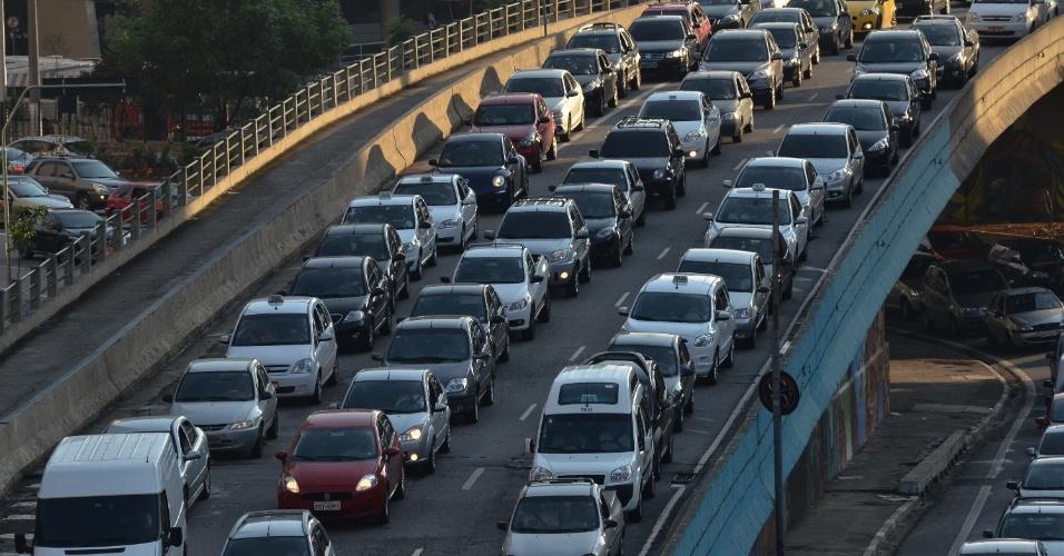 18.jan.2013 -Tráfego intenso de veículos na entrada do túnel Anhangabaú, no centro de São Paulo