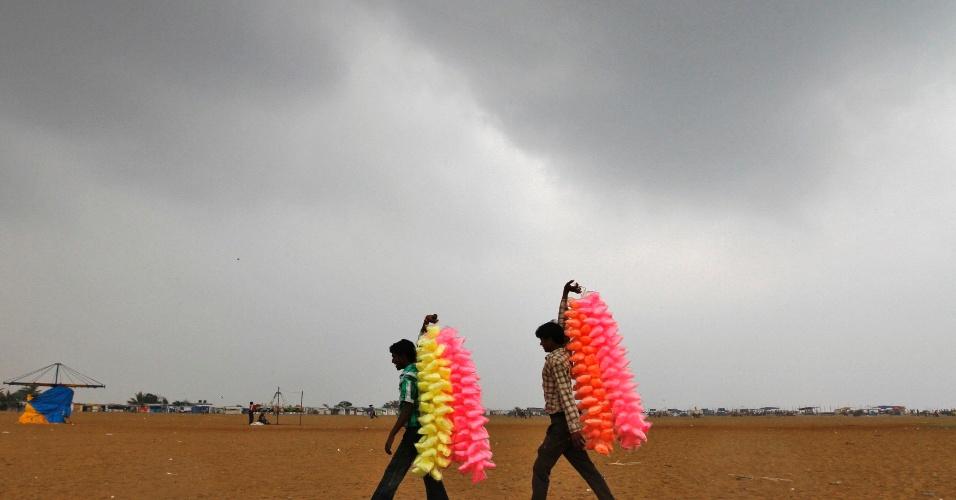 18.jan.2013-  Vendedores de algodão doce caminham pela praia de Marina, na cidade indiana de Chennai