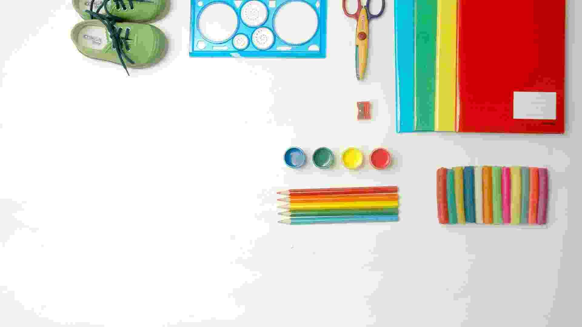 A escola pode colocar na lista itens de material escolar de uso pessoal, como cadernos, lápis, lápis de cor e canetinhas. Prazos de entrega podem ser negociados entre pais e professores. A escola, no entanto, não pode vincular a entrega do material a penalidades pedagógicas ao aluno - Marcelo Soares/Folhapress